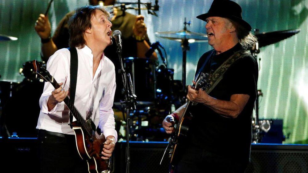 Neil Young, th, spiller oftest på en Gibson Les Paul fra 1953 eller 1952, som er malet sort og har kælenavnet Old Black. Her er han på scenen ved »Desert Trip« festivalen i Californien i 2016 med en anden kendt guitarspiller.