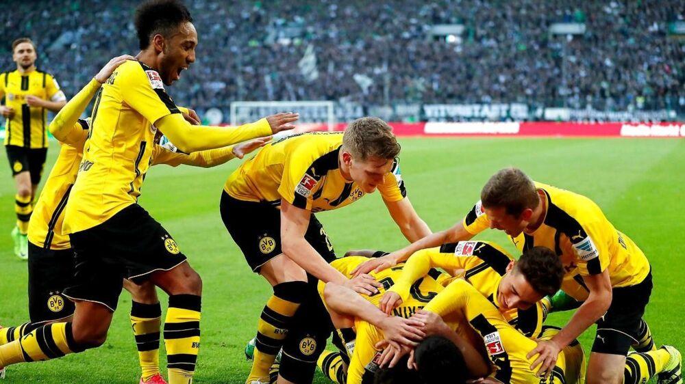 Borussia Dortmund fejrer målet til 3-2 mod Borussia Möcnhengladbach. 3-2 blev også kamopens resultat.