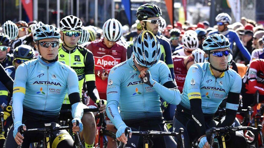 Astana-rytterne og resten af feltet holdet et minuts stilhed til ære for afdøde Michele Scarponi ved gårsdagens præsentation af rytterne i årets Liege-Bastogne-Liege.