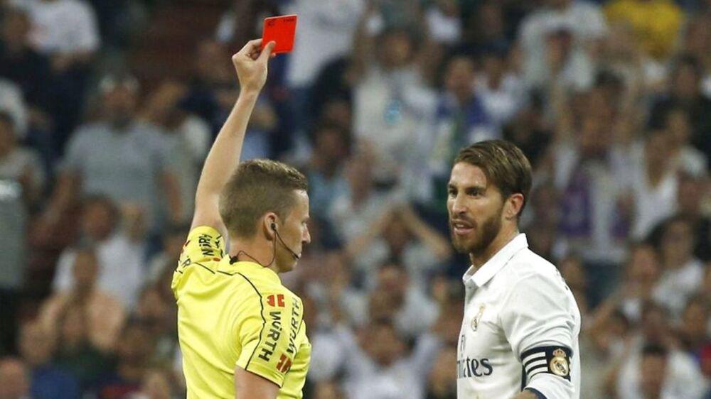 Sergio Ramos får her det røde kort i Real Madrids kamp mod FC Barcelona. Udvisningen var skyld i, at FC Barcelona vandt kampen, mente Real-backen Dani Carvajal efter opgøret.