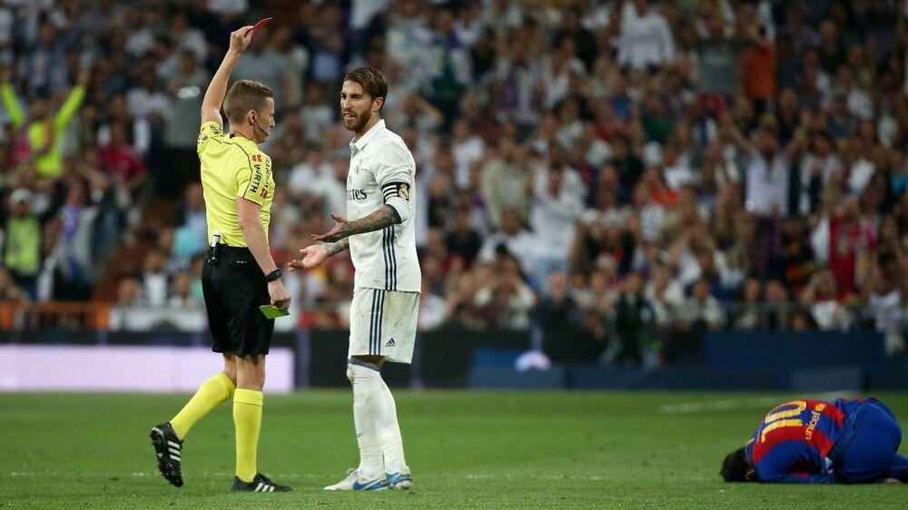 Sergio Ramos bliver her udvist i Real Madrids nederlag til FC Barcelona. Real-anføreren slipper med en spilledags karantæne.