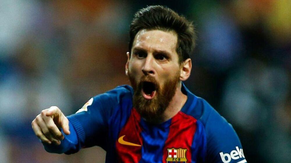 Lionel Messi har her scoret til 3-2 for FC Barcelona mod Real Madrid. Det måtte en brasiliansk model fejre ved at smide tøjet.