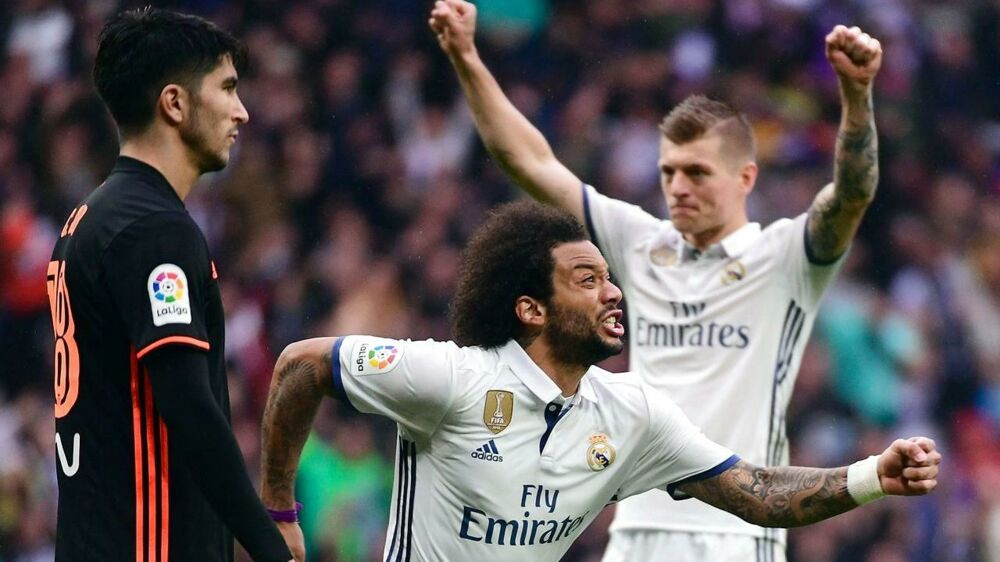 Real Madrids Marcelo fejrer sit sejrsmål, der holder Barcelona stangen i La Liga.