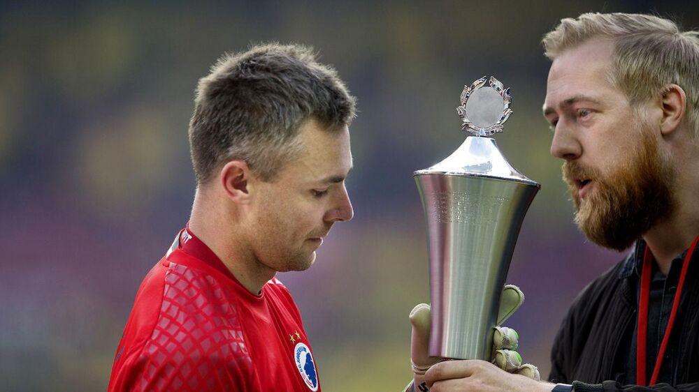 Stephan Andersen (tv) fik efter pokalfinalen overrakt prisen som Årets Pokalfighter af Årets Sportsjournalist, Jeppe Laursen Brock fra Politiken.