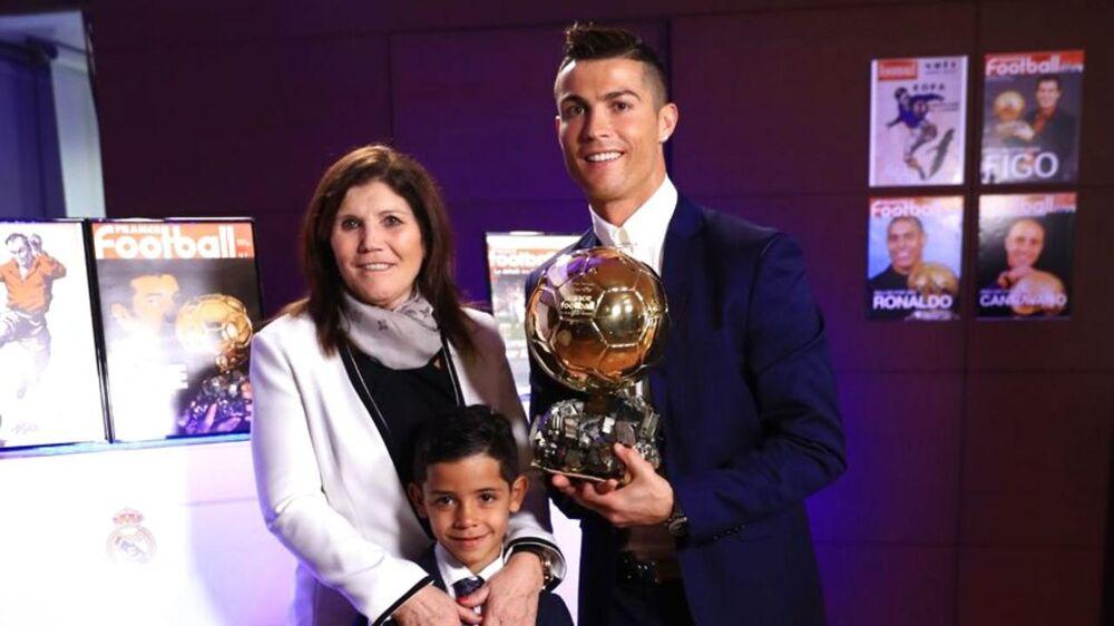 Cristiano Ronaldos mor, Dolores, tror ikke på, at hendes søn skal være far igen. I bunden af billedet ses superstjernens søn, Cristiano junior.