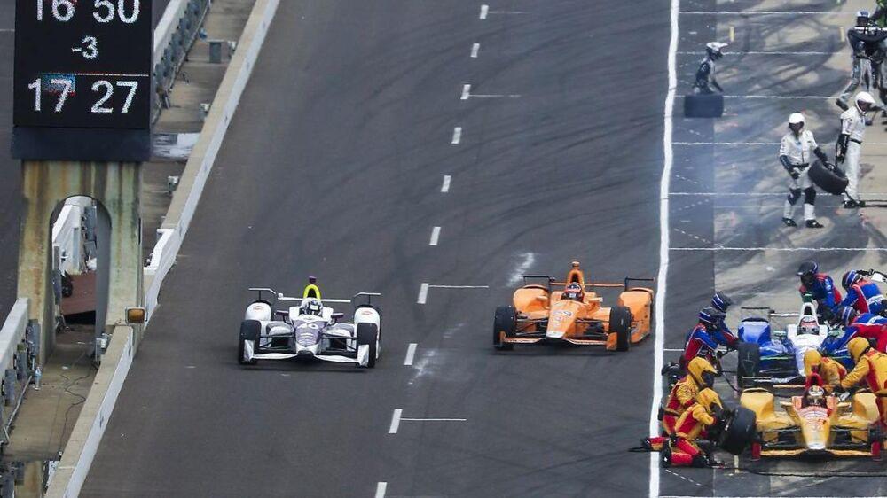 Fernando Alonso (th) måtte udgå i sin debut i Indycar.