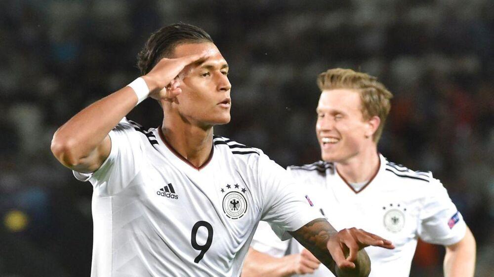Davie Selke (tv) fejrer at have bragt Tyskland foran mod Danmark. Tyskland vandt 3-0, og Danmark er dermerd ude af turneringen.