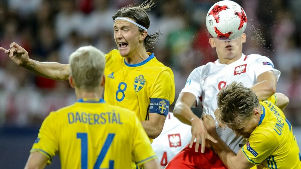 epa06038093 Poland's Mariusz Stepinski (2R) and Sweden's Kristoffer Olsson (2L) and Jacob Larsson (R) in action during the UEFA European Under-21 Soccer Championship group A match between Poland and Sweden in Lublin, Poland, 19 June 2017. EPA/WOJCIECH PACEWICZ POLAND OUT