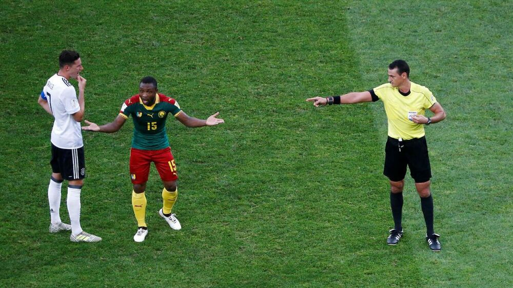Sebastien SIani fik det røde kort i Camerouns kamp mod Tyskland, men det skulle være tildelt Ernest Mabouka.
