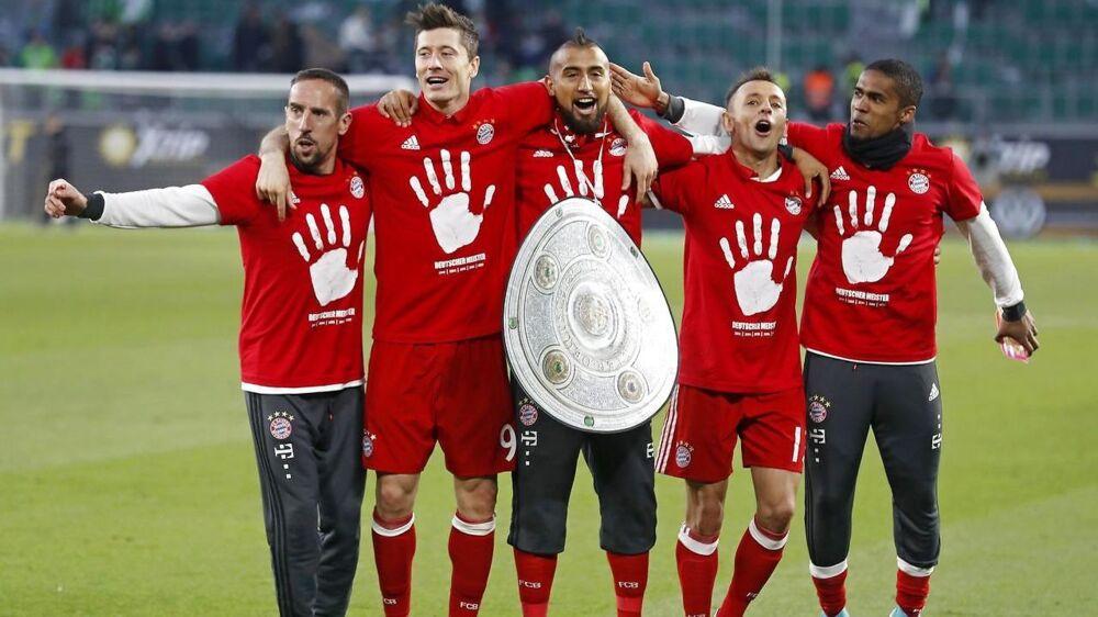 Douglas Costa (th.) har haft en svær sæson i Bayern München.