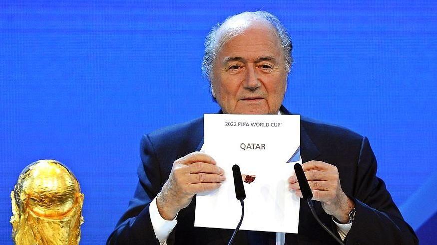 Sepp Blatter afslører i december 2010, at Qatar er vinderne af VM 2022.