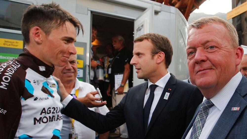 Lars Løkke Rasmussen (th) ses her sammen med den franske præsident, Emmanuel Macron, og den franske rytter, Romain Bardet, ved Tour de France onsdag.