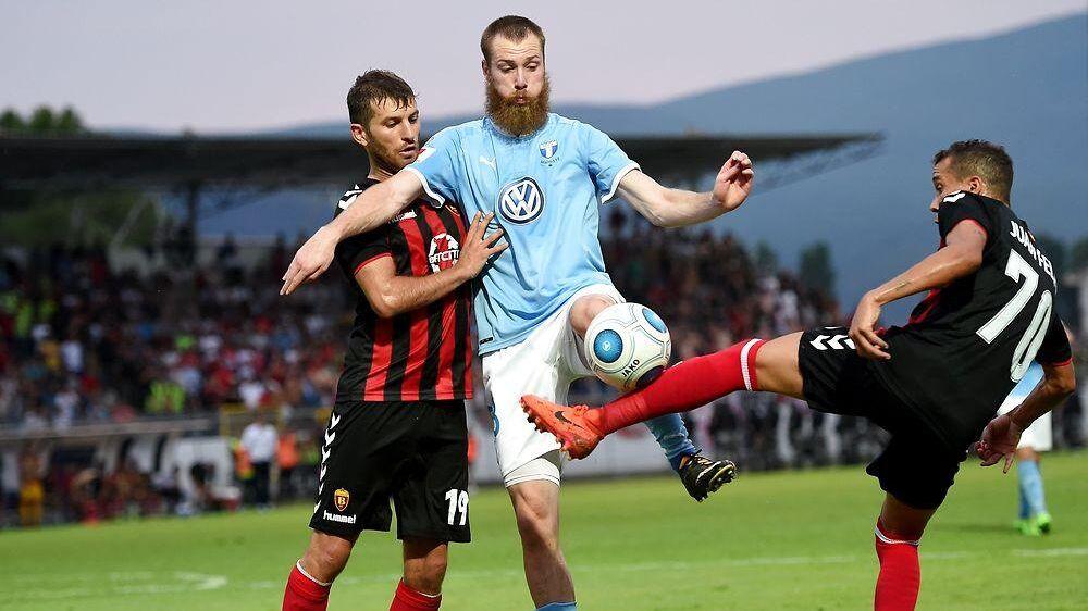 Ståle Solbakken undrer sig over, at Brasilianske Felipe (th), der her ses i Vardar Skopjes kamp mod Malmö FF, spiller for de makedonske mestre. Nordmanden mener, at midtbanespilleren har potentiale til mere.