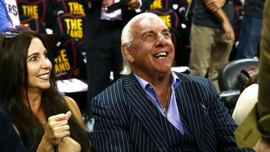 På trods af sine problemer, var Ric Flair tilstede ved tredje finalekamp i årets NBA-finaler mellem Golden State Warriors og Cleveland Cavaliers.