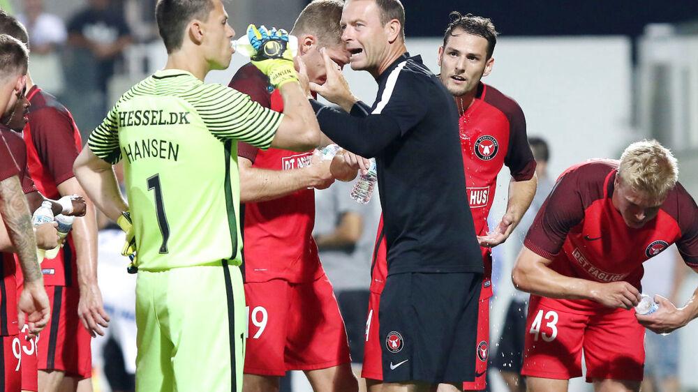 Jess Thorup, FC Midtjyllands træner taler med sine spillere under Europa League kampen mod Apollon Limassol torsdag d. 17 august 2017 i Nicosia på Cypern. (Foto: /Scanpix 2017). (Foto: AFP/ Stringer/Scanpix 2017)