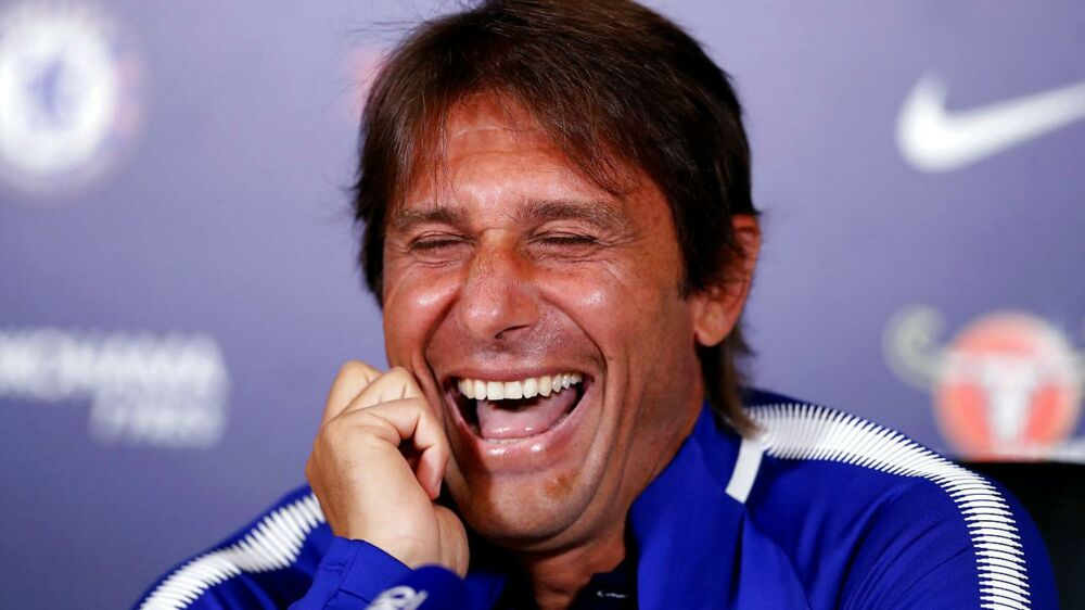Antonio Conte brød ud i en stor latter på fredagens pressemøde i London.