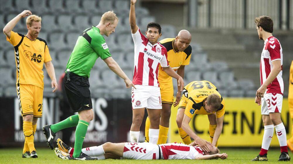 AaBs Magnus Christensen er nede, og Edison Flores kalder på lægestaben.