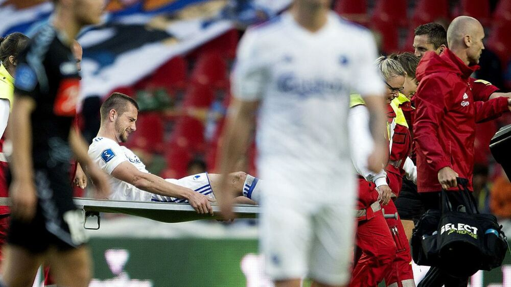 FCKs Michael Lüftner bæres fra banen i kampen mod Sønderjyske.