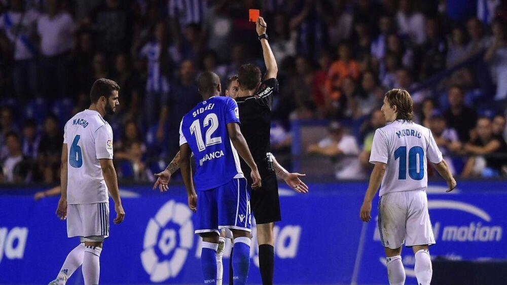 Sergio Ramos (im) får det røde kort for 23. gang i sin karriere. Han ville ønske, at dommerne ikke var så nøjeregnende.