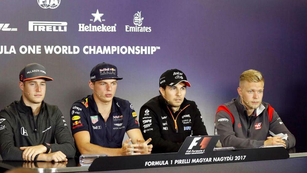 Stoffel Vandoorne til venstre til pressemøde med blandt andre Kevin Magnussen til højre.