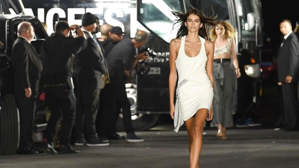 Navnet er Kaia Gerber. Hun er bare 16 år, og så er hun datter af en af 90'ernes supermodeller. I weekenden indtog hun catwalken i New York.