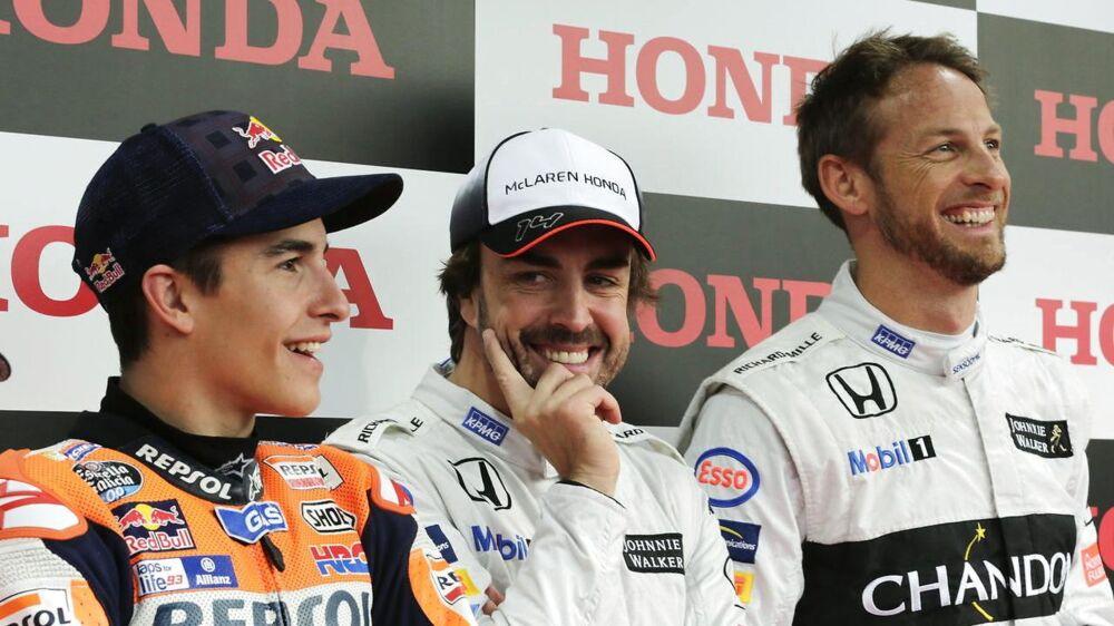 Jenson Button (til højre) her i selskab med Fernando Alonso (i midten). EPA/KIMIMASA MAYAMA
