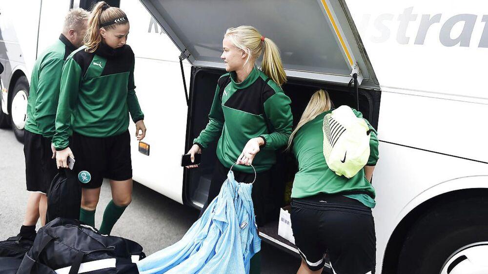 De danske kvindelandsholdsspillere træner onsdag for sig selv i Dragør.