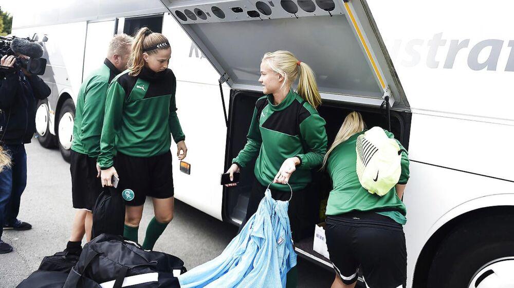 De danske landsholdskvinder ankommer til Dragør Boldklub på en dag, hvor de er midt i en konflikt med DBU fremtiden i forhold til VM kvalifikationskampene er uvis