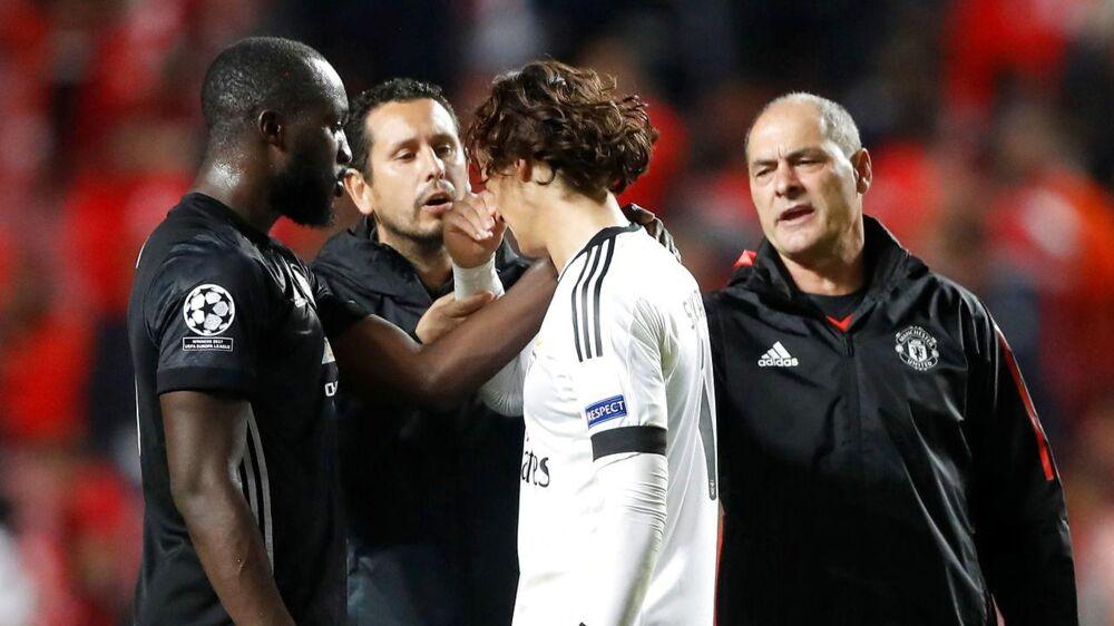 Benficas belgiske målmand, Mile Svilar (hvid trøje) , fik efter kampen trøst af bl.a. sin landsmand, Manchester Uniteds Romelu Lukaku (tv).