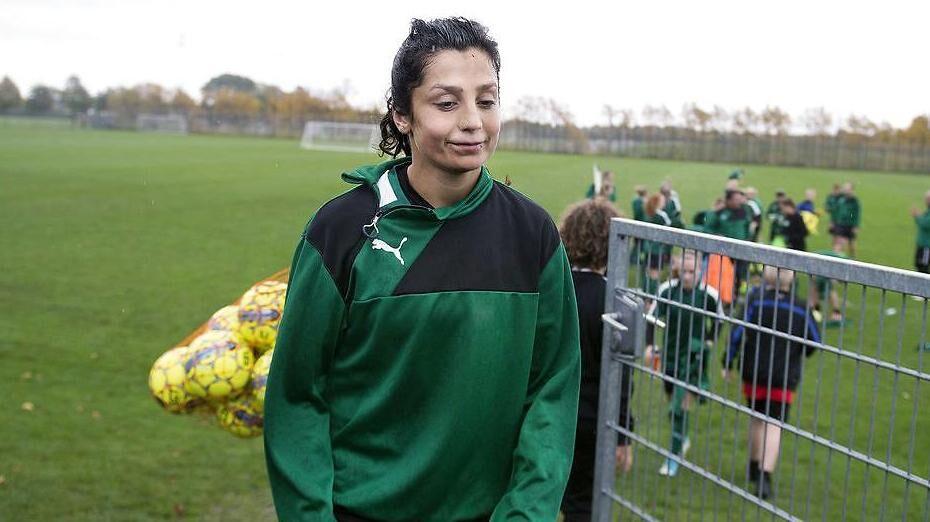 Nadia Nadim trænede i starten af ugen med resten af Kvindelandsholdet i Dragør. At der endnu ikke er kommet en aftale på plads, kalder hendes agent for 'en skændsel'.