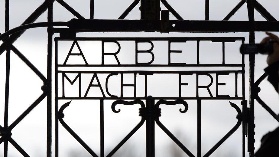 Her ses en replikation af en orginal låge på mindestedet for den tidligere koncentrationslejr i Dachau i Tyskland.