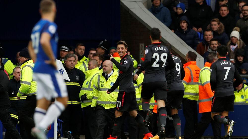 Arsenals Mesut Özil (i midten) fejrer sin scoring til 2-1 ude mod Everton. Scanpix/Lee Smith