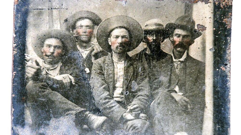 Det er Pat Garrett længst til højre, og Billy the Kid er nummer to fra venstre.