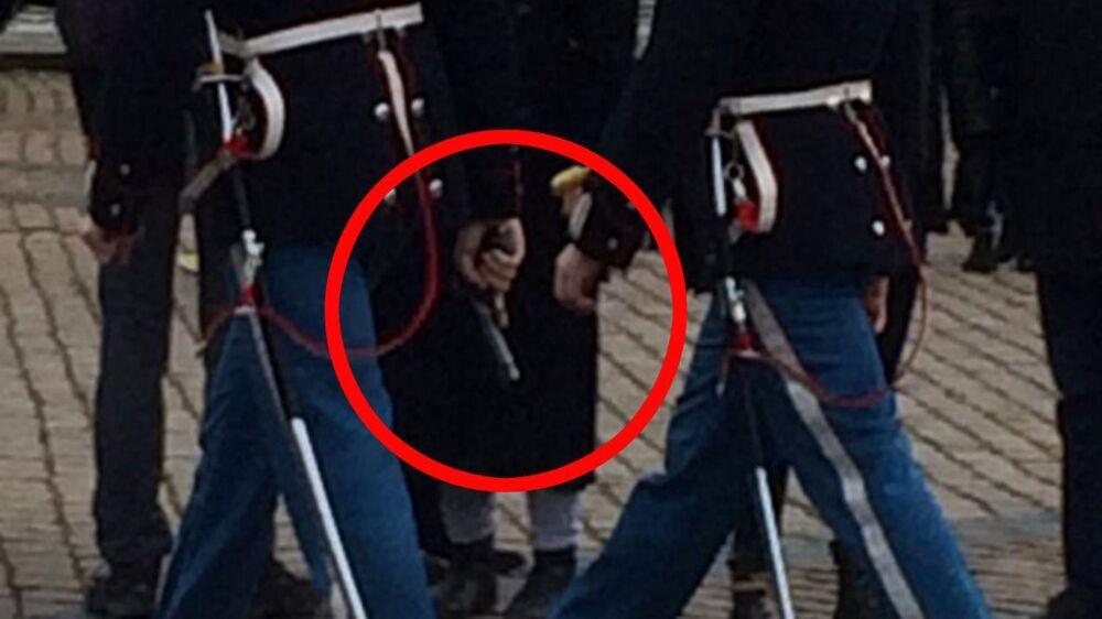 Sådan så det ud, da soldater fra Den Kongelige Livgarde torsdag eftermiddag tæt på vagtskiftet reagerede på en alarm på Amalienborg.