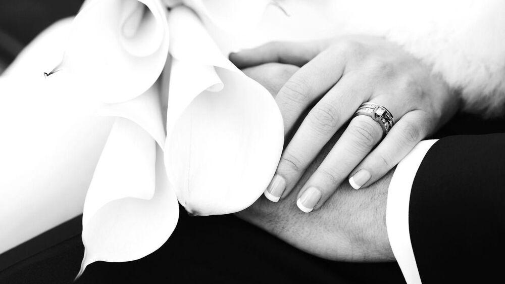 Et par i Storbrittannien har hyret en fotograf, der næsten kun tog upassende billeder af brudepigerne.
