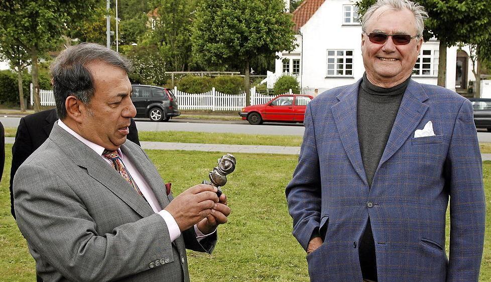 Prins Henrik og Enan Galaly var venner i mange år, og prins Henrik besøgte han flere gange i Egypten. Her ses de sammen foran Helnan Marselis Hotel i Århus i 2009.