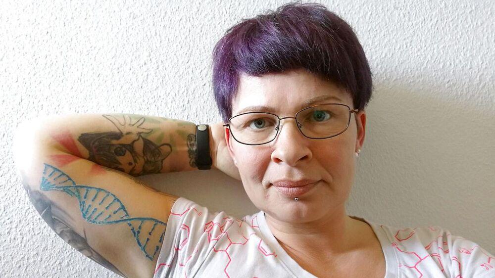 På sin arm har donorbarnet Jasmin Sommer tatoveret en DNA-streng – et af vidnesbyrdene om, at jagten på hendes biologiske far er en livsopgave, der stikker dybere end erfaringsudveksling, gentest på nettet og slægtsforskning.