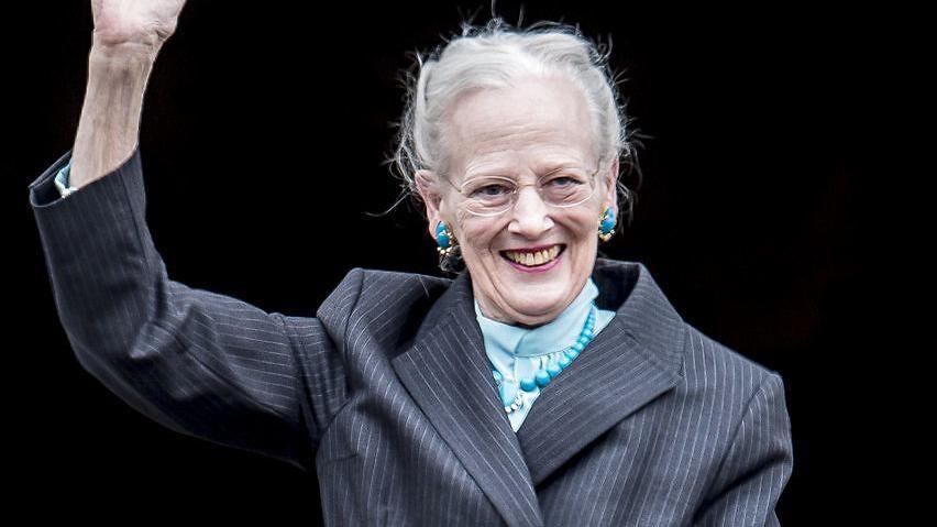 Dronning Margrethe bar nogle af de 'kærlighedssmykker', som hun gennem årene har fået af prins Henrik, da hun mandag blev hyldet på sin 78 års fødselsdag på Amalienborg Slotsplads.