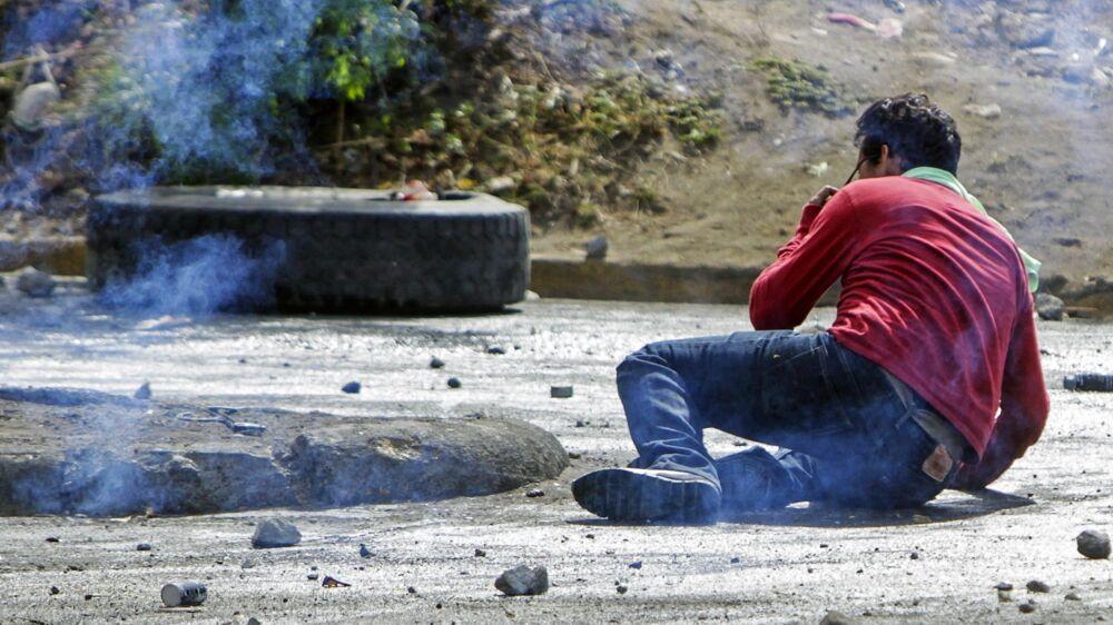 Uroligheder i Nicaragua. På billedet her ses en studerende falde om efter at være ramt af en gummikugle under en demonstration lørdag i Nicaraguas hovedstad, Managua.