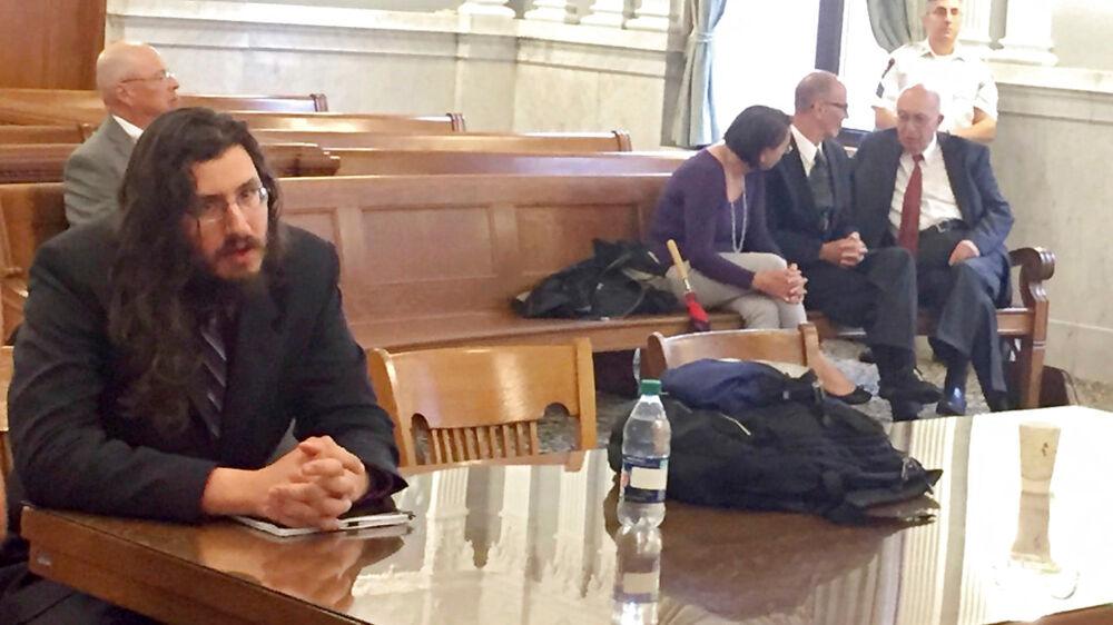 Til venstre ses sønnen Michael Rotondo, mens hans forældre. Mark og Christina til højre ses tale med deres advokat, Anthony Adorante.