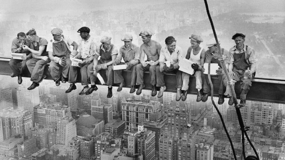 En svensk kvinde opdagede sin far på et verdenskendt billedet af 11 mænds frokostpause. Billedet, der blandt andet er kendt som 'Lunchtime atop a Skyscraper' er angivelig taget af Charles Ebbets i 1932, som blev hyret til at følge opførelsen af Rockerfeller Center. Det er svenskeren, som sidder nr. seks fra venstre.