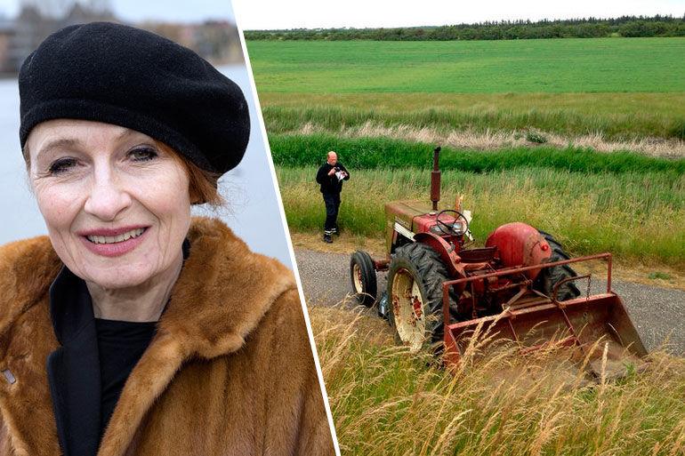 Ved toppen af diget begyndte traktoren at glide, og Bodil Jørgensen faldt af og blev ramt af traktoren.
