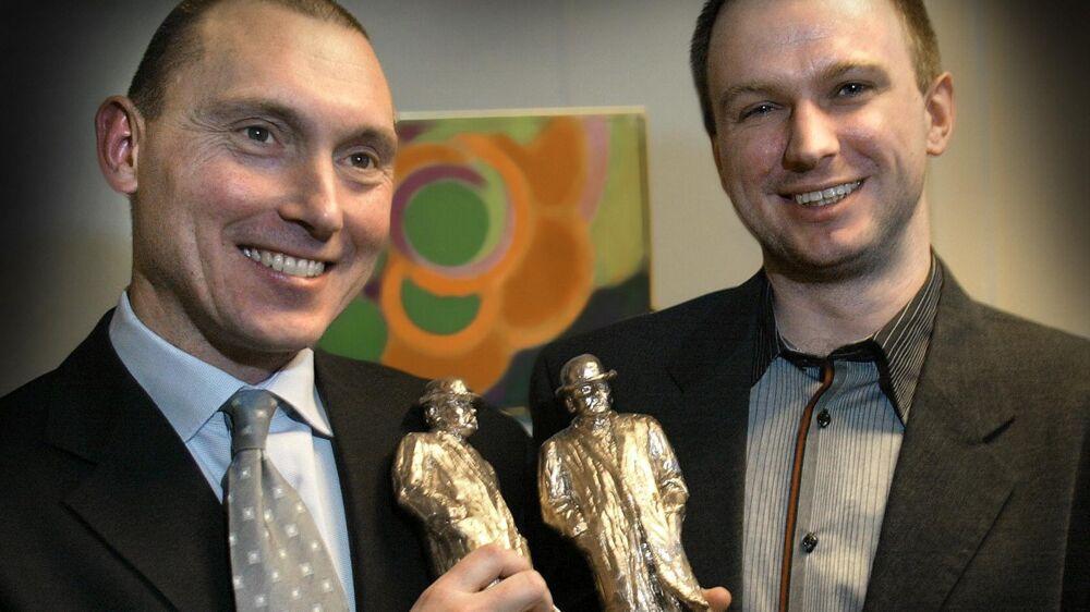 BT-journalisterne Morten Pihl og Jakob Priess-Sørensen (th) modtager Cavlingprisen.