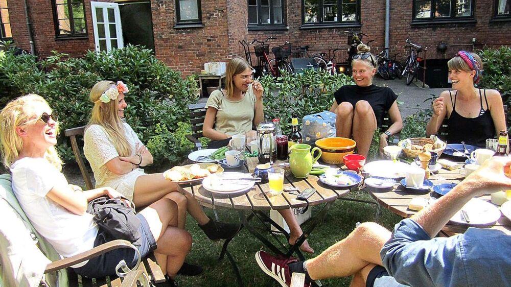 Marie Tourell Søderberg (længst til højre) hygger sig i selskab med gode veninder til en fødselsdag. Foto: Marie Tourell Søderberg