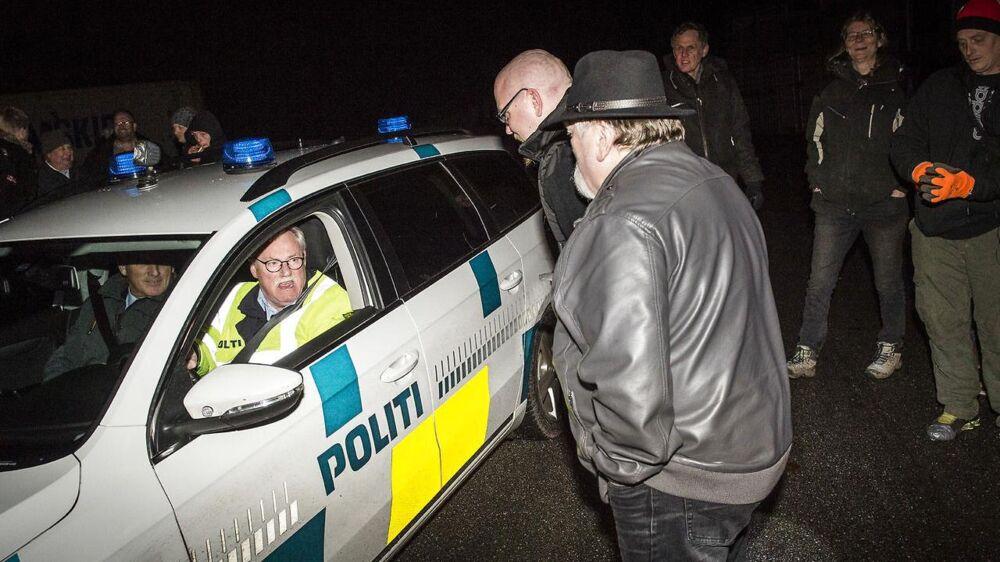 Politiet var til stede ved flere af grænseovergangene denne mørke november-aften, hvor de noterede sig SIAD og DMS-medlemmernes cpr-numre og nummerplader. Det er første gang, de to grupper møder politiet ved grænsen, fortæller medlemmer, og politiet bekræfter, at man indtil denne weekend kun har fået oplysninger om de to grupperingers patruljeringer via pressen.