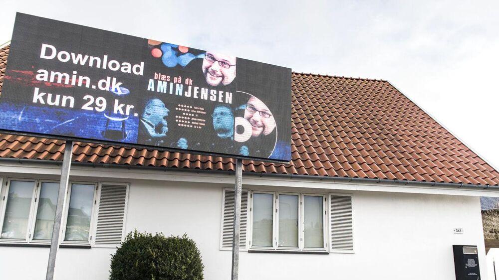 Amin Jensen har sat et billboard op ved sit hus ud til Gammel Køge Landevej i Hvidovre. På grund af naboklager kører der lige nu en sag om, hvorvidt skiltet får lov at blive stående.