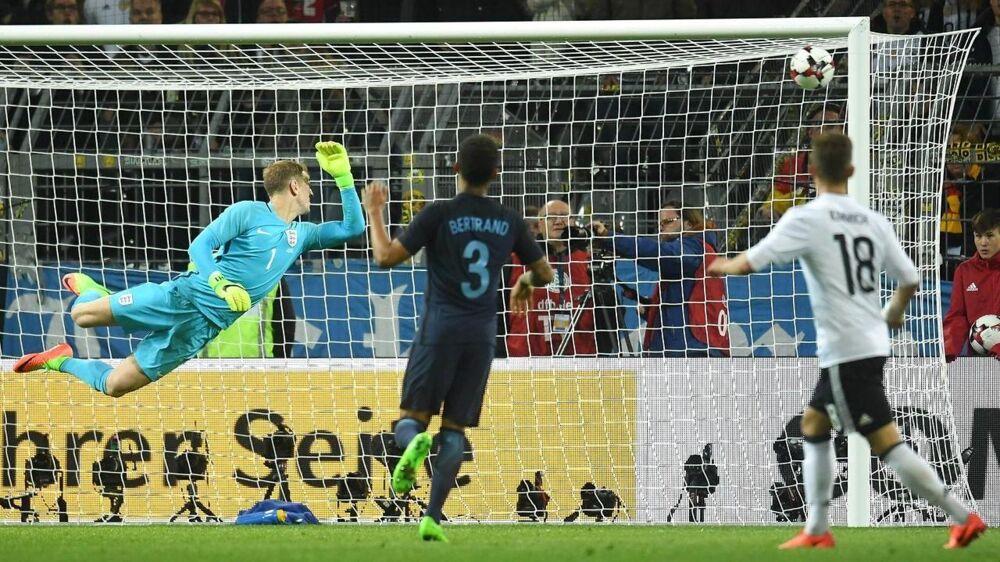 Lukas Podolski (th) scorer her kampens eneste mål i Tysklands sejr over England - en kamp, der samtidig var Lukas Podolskis afskedskamp på landsholdet.