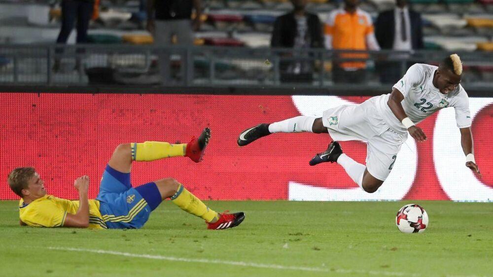 Ivorianeren Bagayoko Mamadou får sig en flyvetur efter en Joakim Nilsson-tackling.