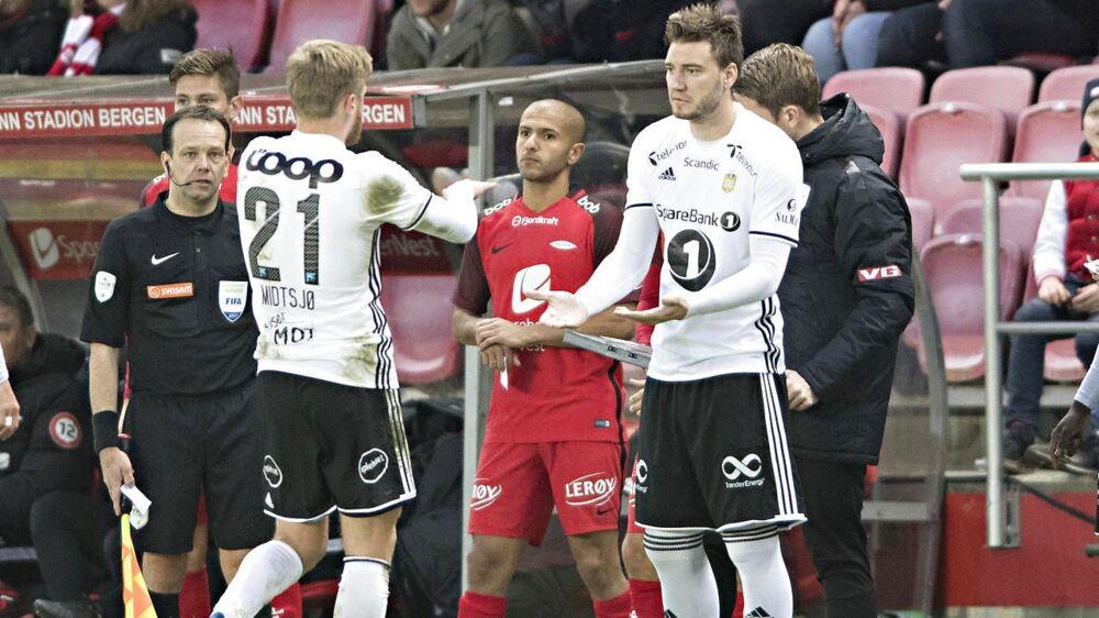 Nicklas Bendtner på vej på banen for Rosenborg.