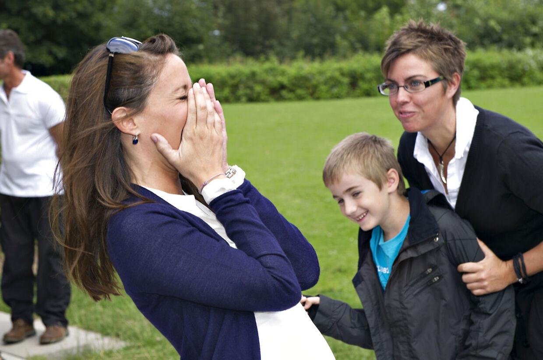 Et af prinsesse Maries utallige protektorater er for Landsforeningen Autisme. Her besøger hun deres ferie for enlige forsørgere til børn med autisme i Helsingør Ferieby og får sig et herligt grin undervejs.